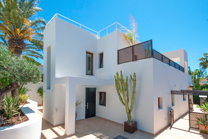 Beautiful modern villa located in the popular beach side of Marbesa.